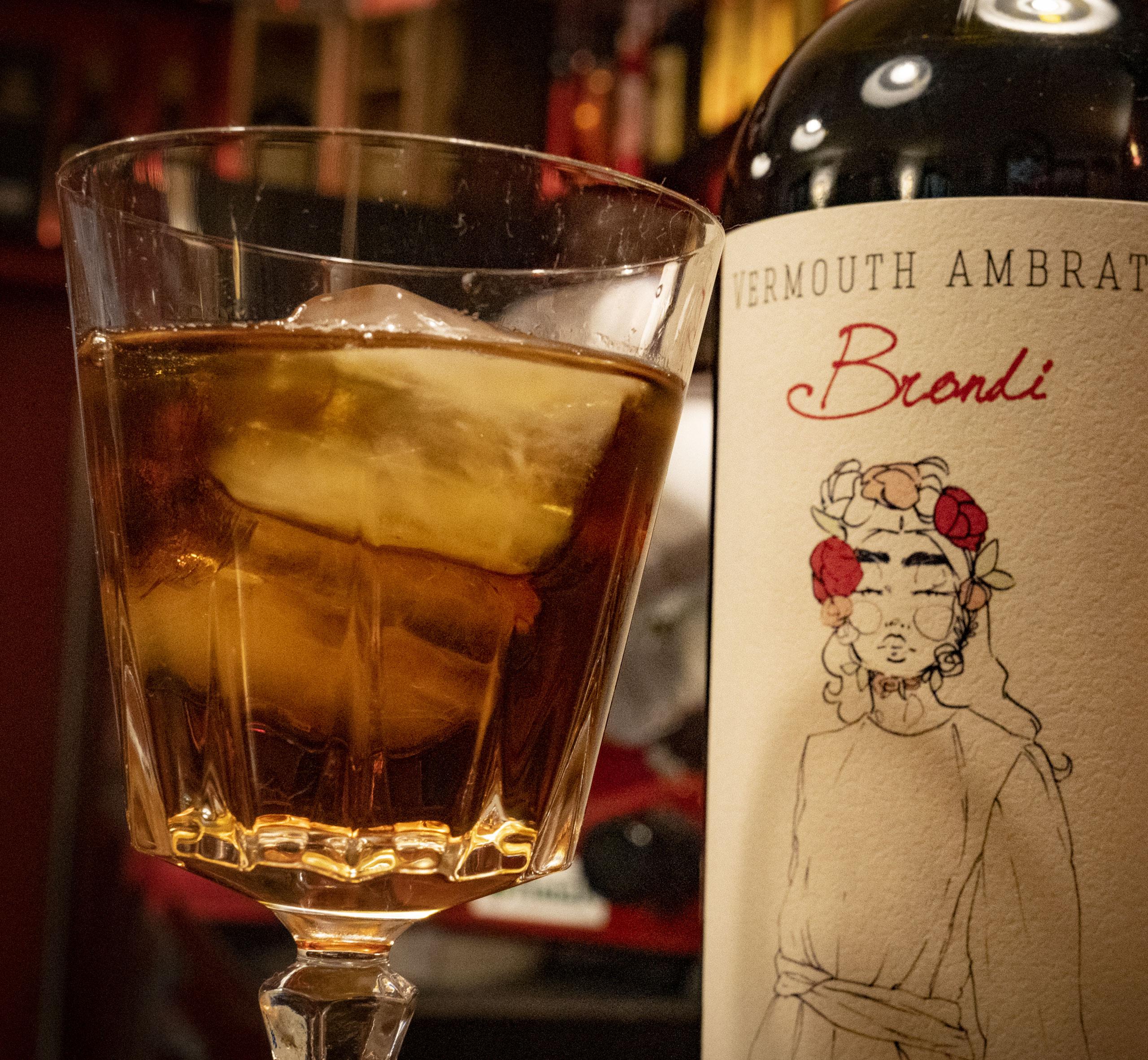 Vermouth Ambrato Brondi: servito liscio o con ghiaccio, ogni sorso regala un'esperienza gusto-olfattiva unica ed irripetibile