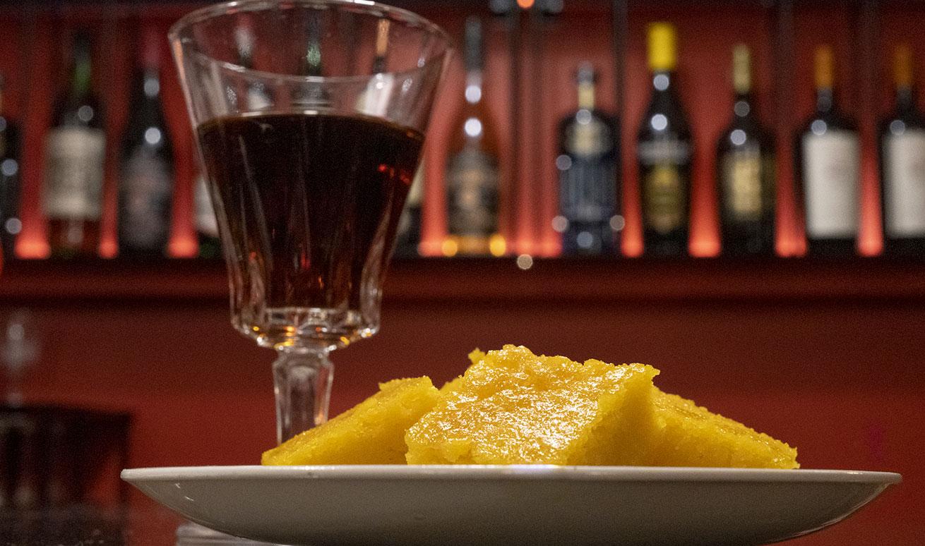 Abbinamenti enogastronomici con dolci di pasticceria e vino presso Vermuteria Artemisia, nuova enoteca in centro a Ferrara