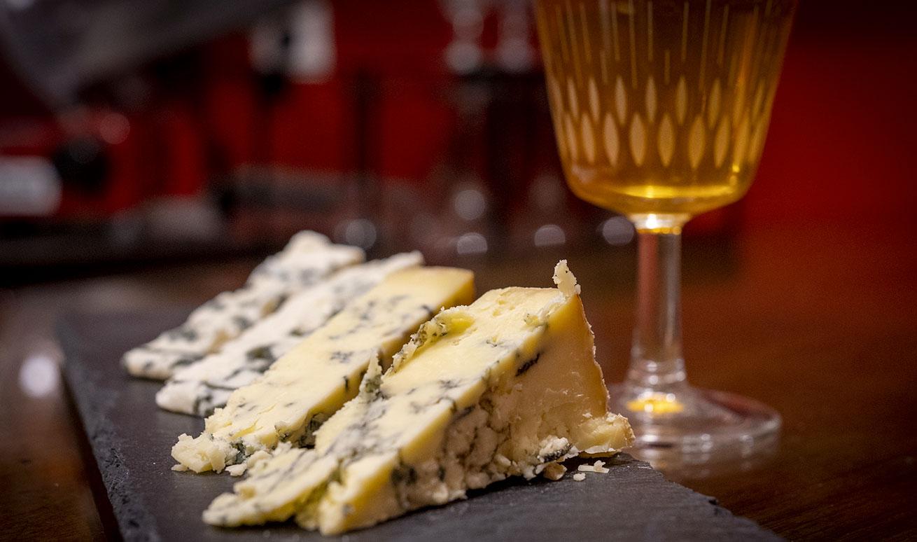 Abbinamenti enogastronomici con formaggi erborinati e vino presso Vermuteria Artemisia, nuova enoteca in centro a Ferrara