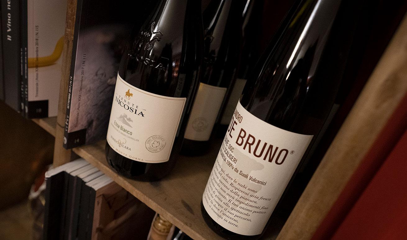 Vini bianchi, rossi, bollicine, passiti e vini fortificati come Marsala, Porto, Sherry, Madeira - Vermuteria Artemisia, nuovo locale in centro a Ferrara