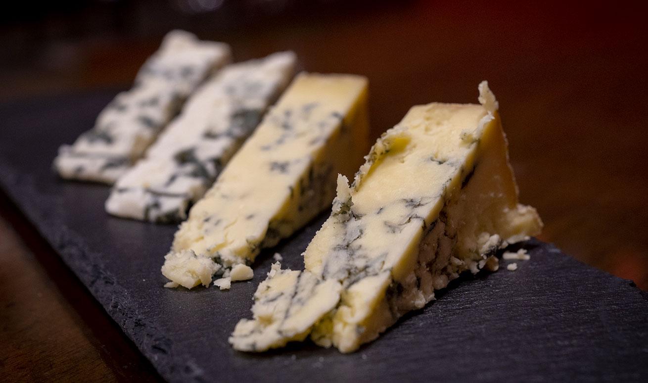 Abbinamenti eno-gastronomici con formaggi erborinati e Vermouth presso Vermuteria Artemisia, nuovo locale in centro a Ferrara